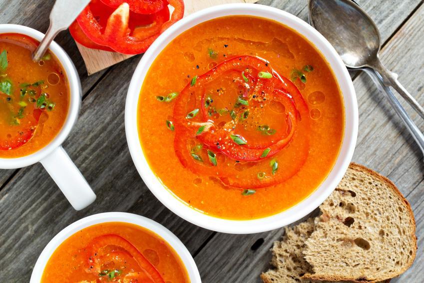 Zupa krem z papryki w miseczkach, a także przepis i porady, jak zrobić krem z papryki