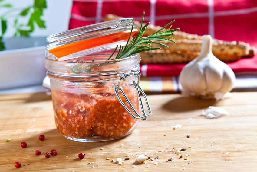 Kiełbasa w słoiku z odrobiną i ziół i czosnkiem, a także najlepsze przepisy i składniki do kiełbasy w słoiku