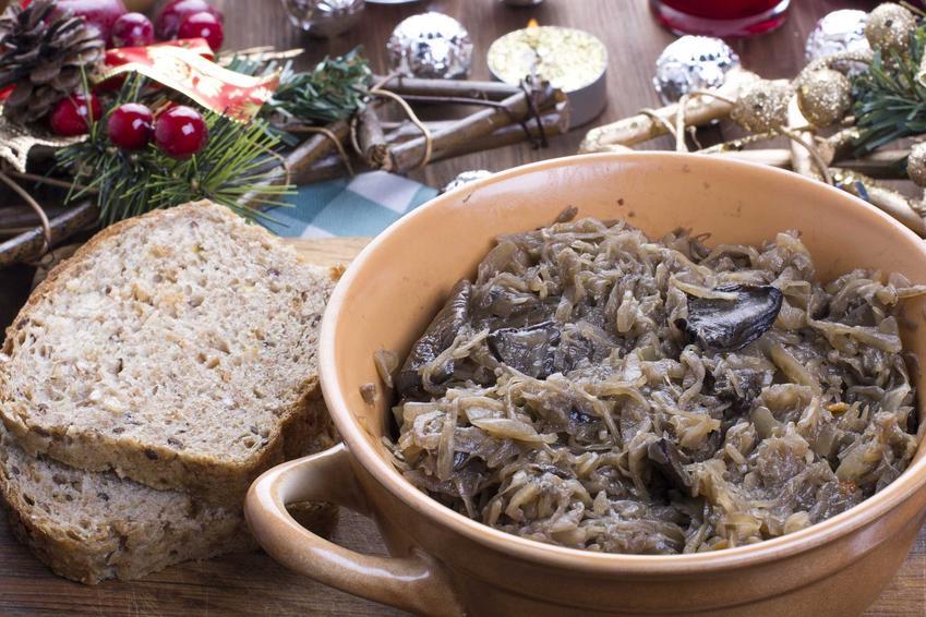 Kapusta z grzybami w misce z kawałkiem chleba, a także najlepsze przepisy, wykonanie i składniki