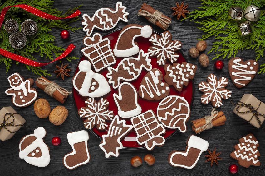 Pierniki świąteczne z lukrem ułożone na talerzyku w świątecznej aranżacji, a także przepis, wykonanie i składniki