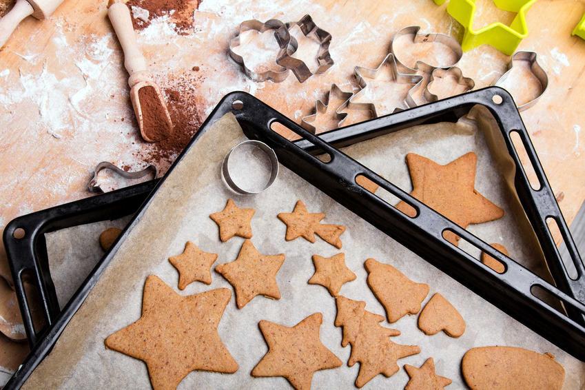 Pieczone pierniki świąteczne na blaszce z papierem do pieczenia, a także wykonanie, przepis i przygotowanie