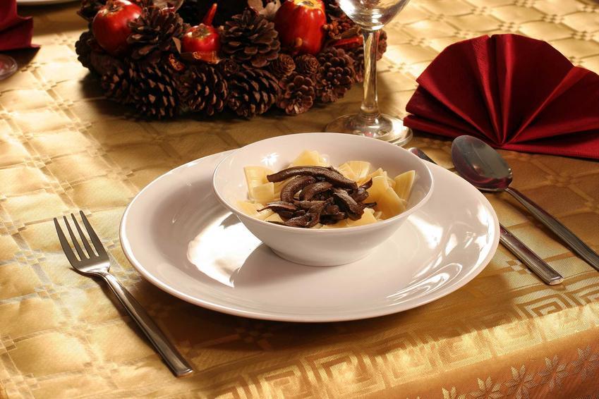 Zupa wigilijna grzybowa na Boże Narodzenie na stole, a także przygotowanie, przepisy i wykonanie