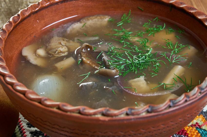Zupa grzybowa w ozdobnej miseczce na Święta, a także przepisy, przygotowanie i wykonanie krok po kroku