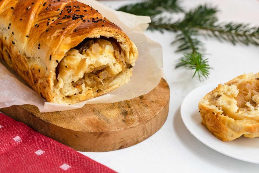 Kulebiak na święta na desce do krojenia i gałąka choinki, a także przepisy, wykonanie i przygotowanie