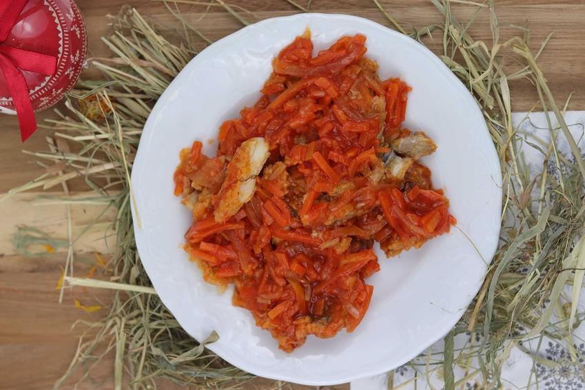 Ryba po grecku na talerzyku na świątecznym stole, a także wykonanie, dodatki oraz najlepsze przepisy krok po kroku
