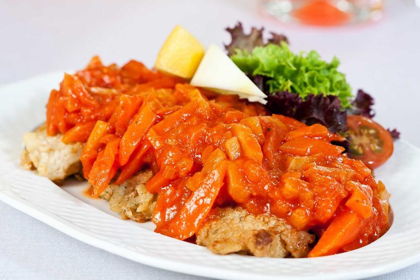 Ryba po grecku na półmisku na stole, a także informacje, składniki, dodatki oraz wykonanie krok po kroku