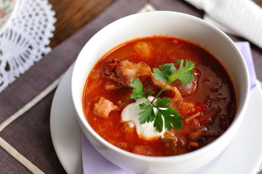 Zupa rybna w miseczce na wigilijnym stole ze śmietaną, a także przepisy, wykonanie, przygotowanie i składniki