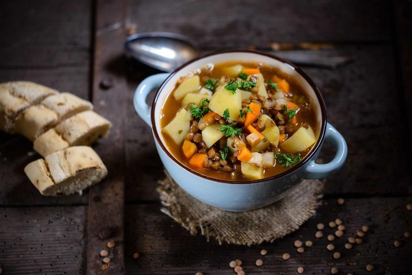Chłopski garnek na obiad z ziemniakami i bagietką, a także przepisy, przygotowanie i najlepsze składniki