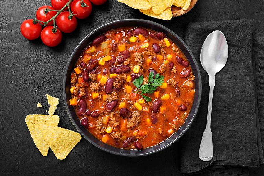 Chili con carne z nachosami w niewielkiej miseczce, a także przepisy, receptury, przygotowanie oraz składniki
