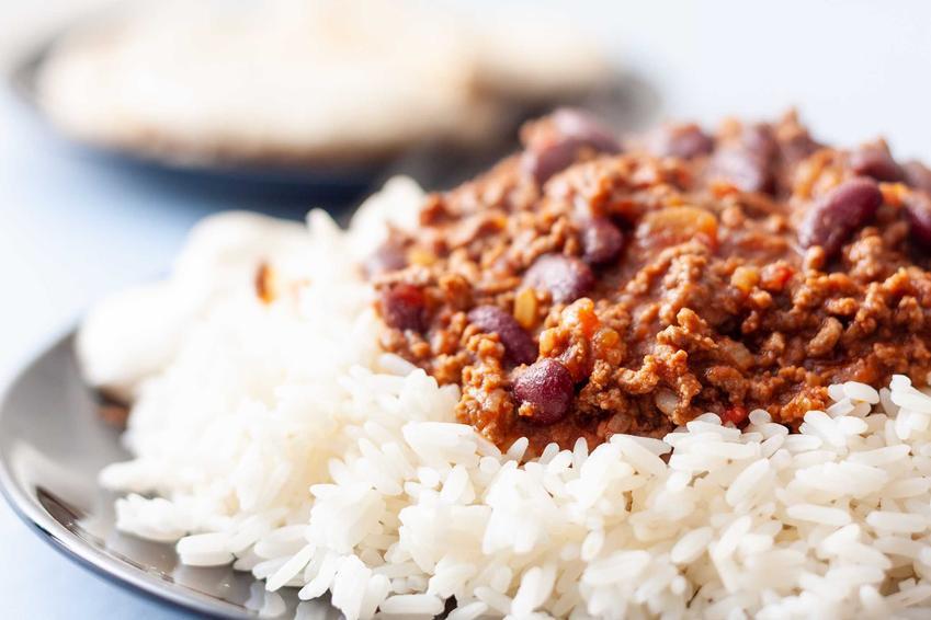 Chili con carne podawane z białym ryżem na talerzu, a także przepisy, przygotowanie oraz najlepsze składniki