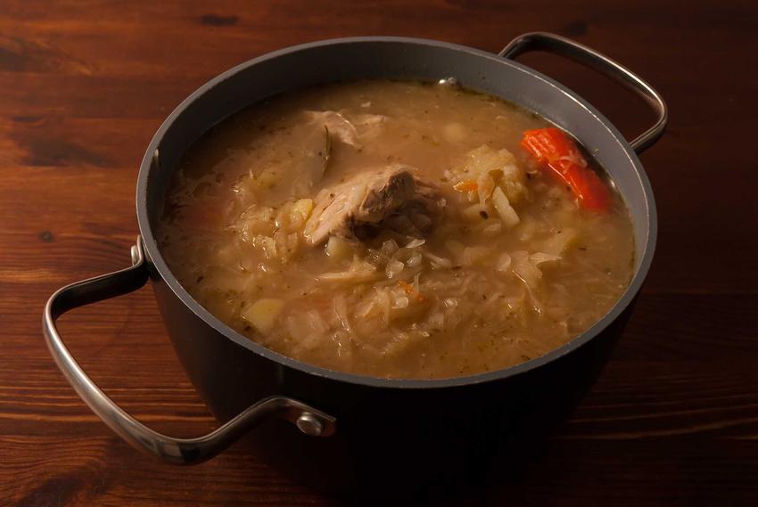 Kwaśnica na mięsie w niedużym garnku, a także przepisy, składniki i przygotowanie krok po kroku