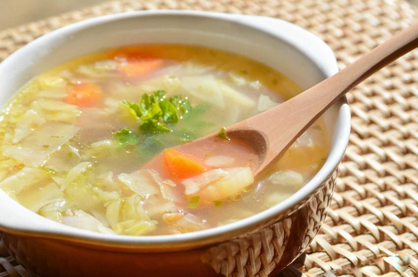 Tradycyjna parzybroda w kamionkowej misce, a także przepisy, pochodzenie zupy, najlepsze składniki oraz jak przyrządzić