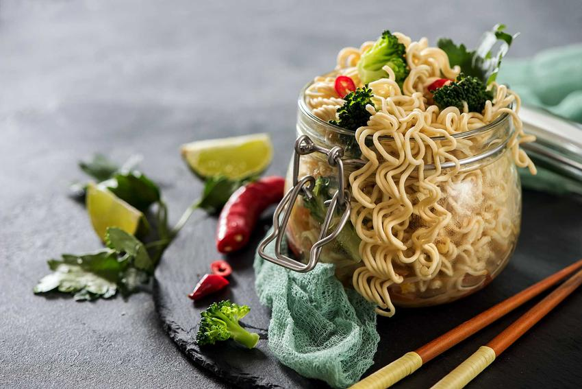Sałatka z makaronu z zupek chińskich z warzywami w słoiku,  a także ciekawe przepisy, składniki i dressing