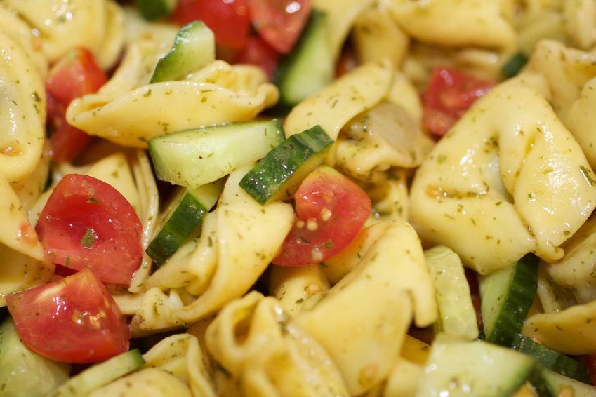 Sałatka z tortellini z szynką oraz warzywami, na także przygotowanie krok po kroku, najlepsze składniki i przepisy