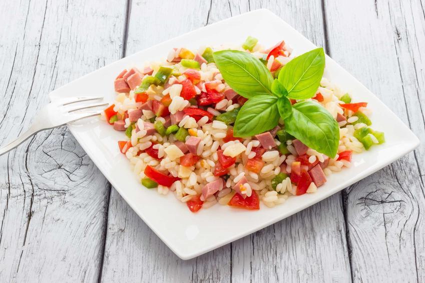 Sałatka z ryżem i szynką na talerzu, a także inne przepisy na sałatkę ryżową, dodatki, składniki i sos