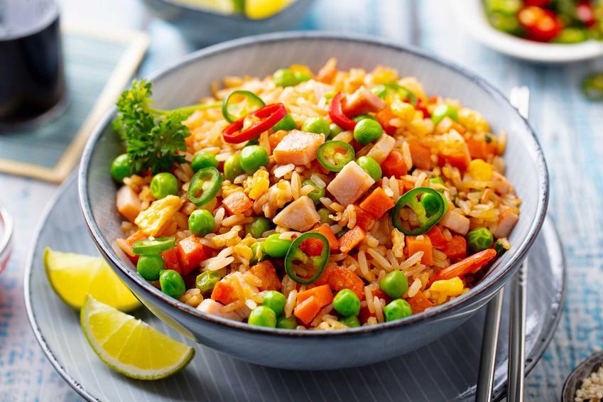 Sałatka z ryżem i szynką oraz z warzywami, a także przepisy na sałatkę ryżową, dodatki, składniki i ciekawy dressing