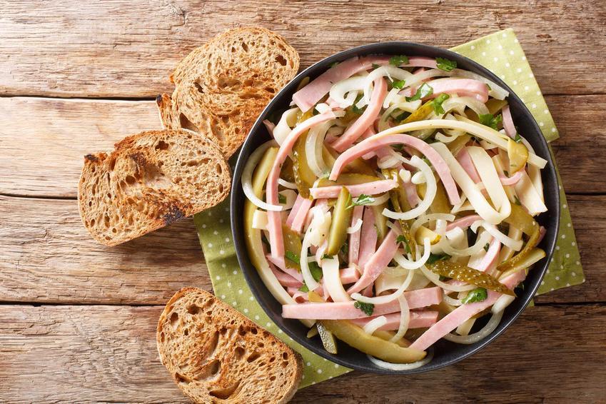 Sałatka szwajcarska z szynką i serem w czarnej misce podana z chlebem, a także wykonanie, przepisy oraz porady
