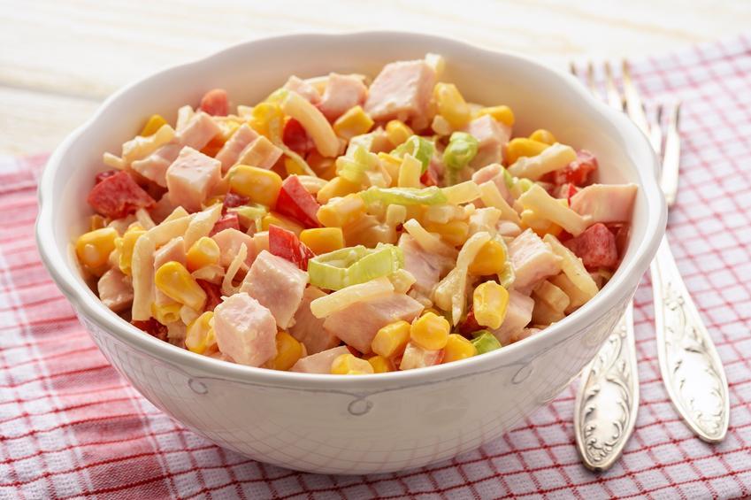 Sałatka z pora i szynki w miseczce na stole, a także przepis, przygotowanie i porady kulinarne