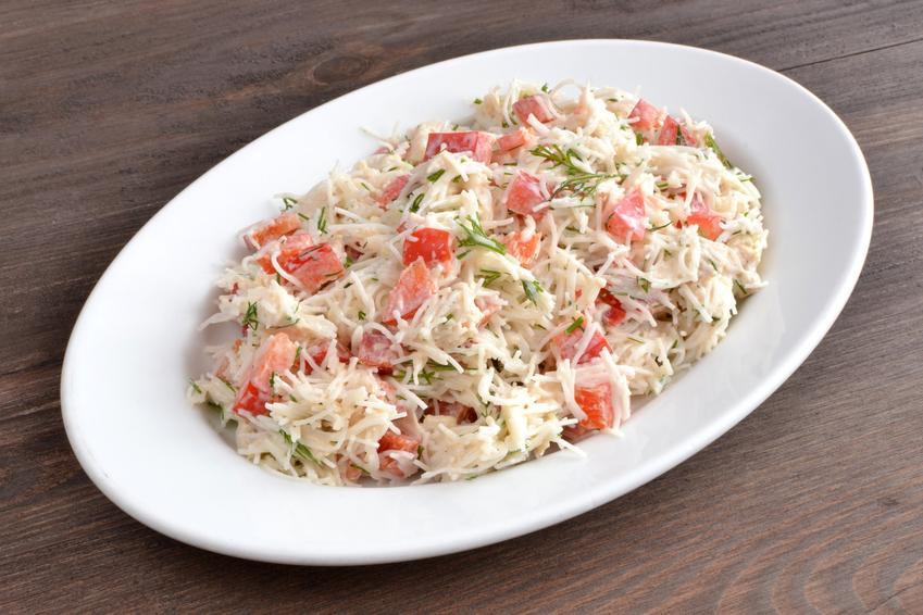 Sałatka z makaronem ryżowym i szynką na talerzu, a także przepis i porady