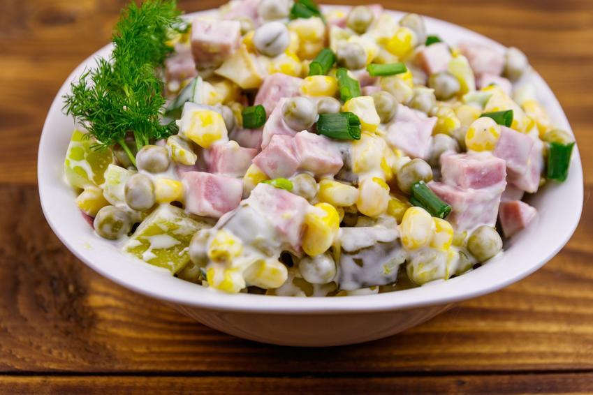 Sałatka wielkanocna z szynką konserwową  w misce na stole, a także przepisy i porady kulinarne