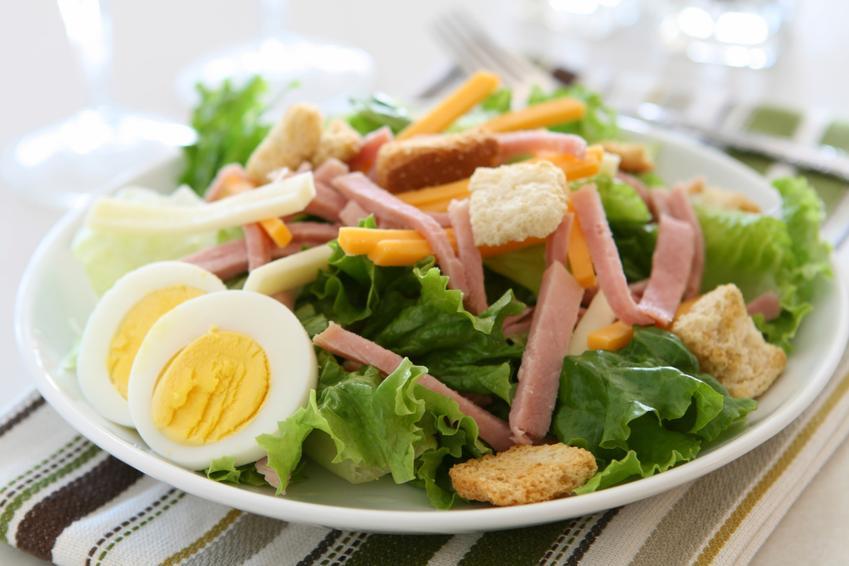 Świeża sałatka z jajkiem i szynką na talerzu, a także porady kulinarne, przepisy i dodatki