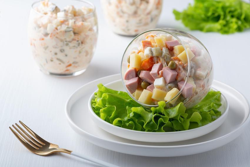 Nowocześnie podana sałatka z jajkiem i szynką w szklance, a także przepisy i porady
