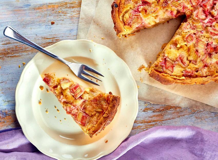 Ciasto kruche z rabarbarem w okrągłej formie z kruszonką, a także najlepsze przepisy na proste ciasto z rabarbarem krok po kroku
