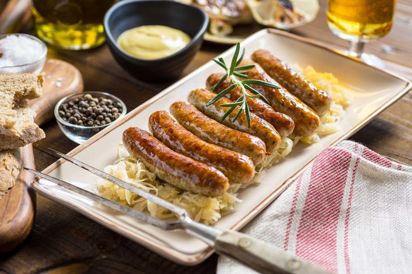 Biała kiełbasa pieczona w piekarniku na cebuli, a także pyszne przepisy pieczone w piekarniku krok po kroku