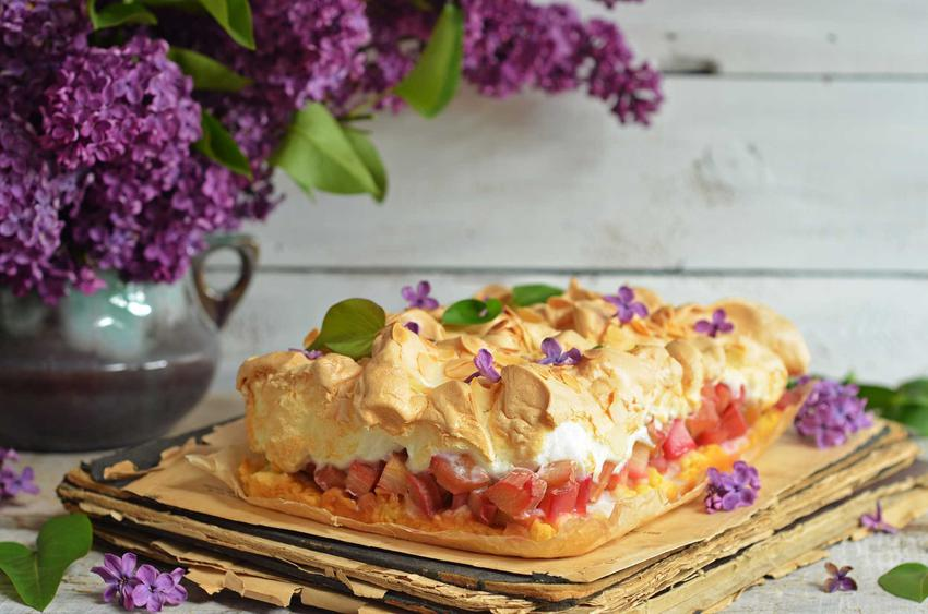 Proste ciasto z rabarbarem i bezą krok po kroku, a także najlepsze przepisy na szybkie i łatwe ciasto rabarbarowe z pianką bezową