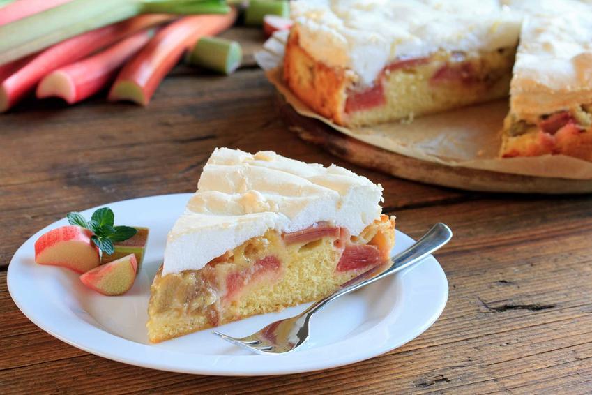 Trójkącik ciasta z rabarbarem i bezą na talerzyku, a także najlepsze przepisy na proste i pyszne ciasto rabarbarowe z bezą