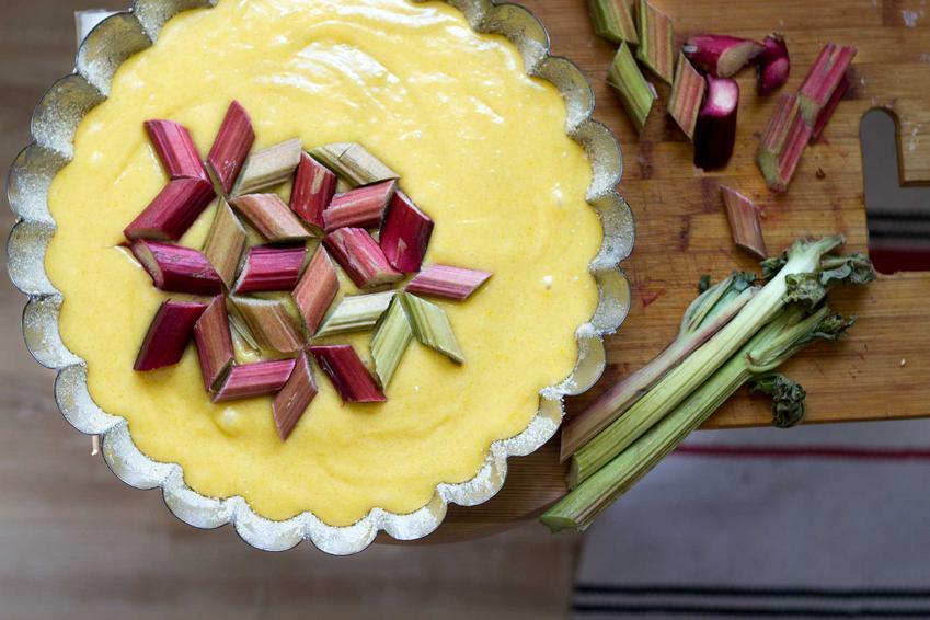Surowe ciasto rabarbarowe na oleju w foremce do pieczenia, a także najlepsze przepisy na proste i smaczne ciasta rabarbarowe ucierane na oleju