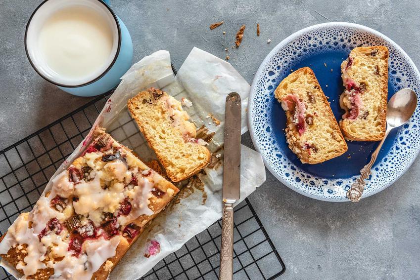 Placek drożdżowy z rabarbarem i truskawkami na talerzyku i gorące ciasto rabarbarwe na kratce, a także najlepsze przepisy