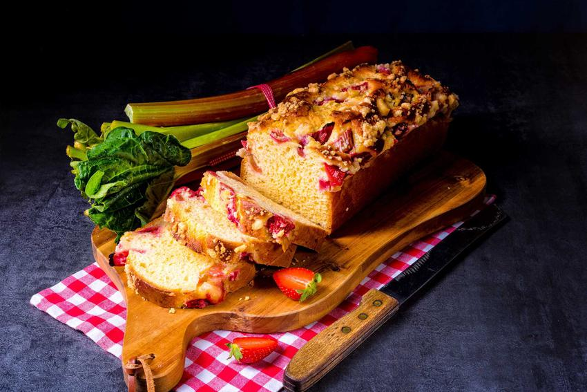 Placek drożdżowy z rabarbarem na desce do krojenia, a także najlepsze ciasto z rabarbarem drożdżowym, proste i szybkie przepisy