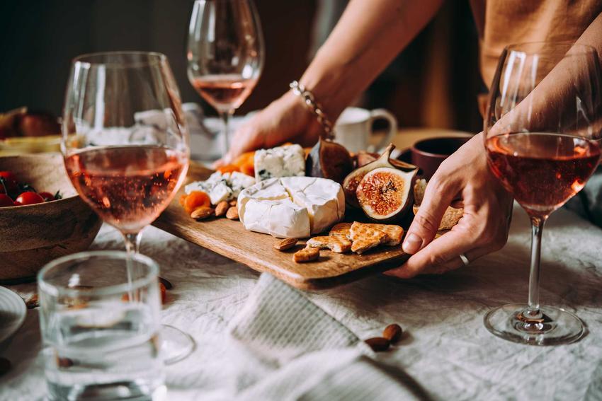 Wino domowej roboty w kielszkach na stole z owocami i serami, a także sposoby, jak wyklarować wino krok po kroku