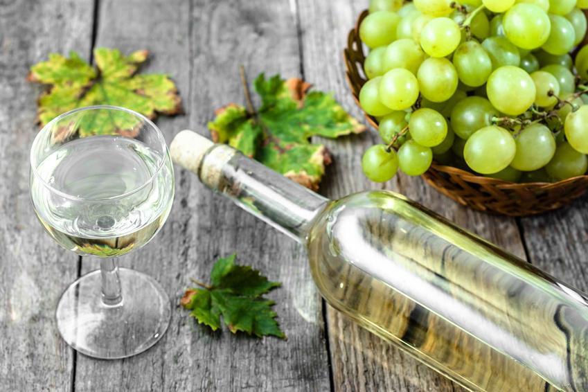 Białe wino z wingoron w kieliszku i butelce, a także jak wyklarować wino - sprawdzone sposoby i metody