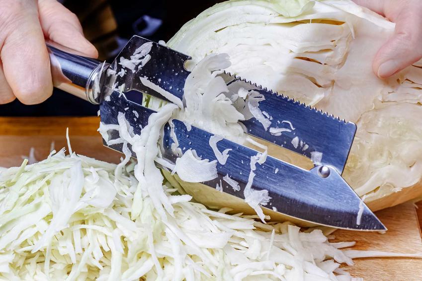 Szatkowanie kapusty małą szatkownicą, a także szatkownica do kapusty, rodzaje, sposoby działania, cena