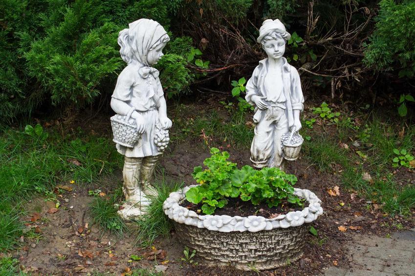 Figury ogrodowe z gipsu przy kwietniku, a także modele, ceny, opinie oraz zastosowanie i rodzaje