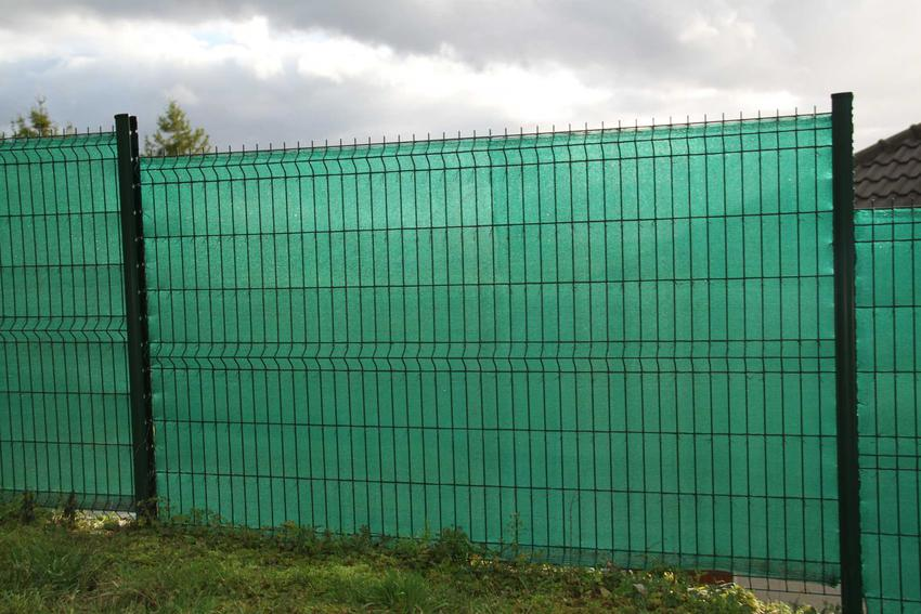 Siatka cieniująca rozłożona na ogrodzeniu w ogrodzie, a także rodzaje, wymiary, ceny, sposób instalacji i montaż