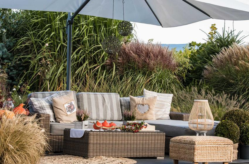 Taras, na którym stoi skrzynia ogrodowa z rattanu, a także skrzynie ogrodowe i ich rodzaje, producenci oraz wymiary i opinie