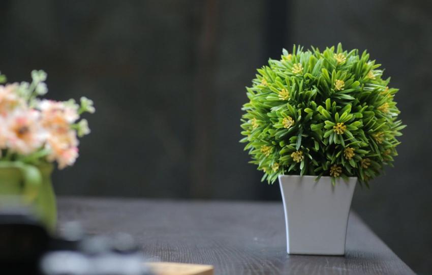 Sztuczne kwiaty doniczkowe - hit czy kit w nowoczesnych wnętrzach?