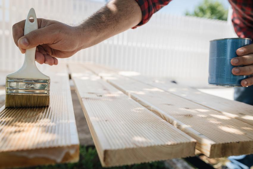Zalety i wady drewnianych mebli ogrodowych. Sprawdź!