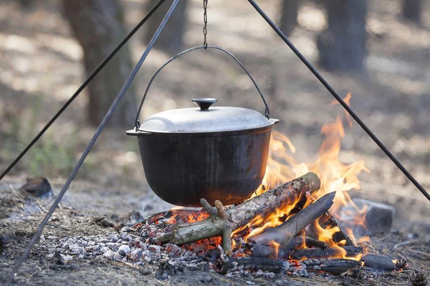 Kociołek myśliwski na ognisku, a także najlepsze rodzaje, polecane modele oraz ceny