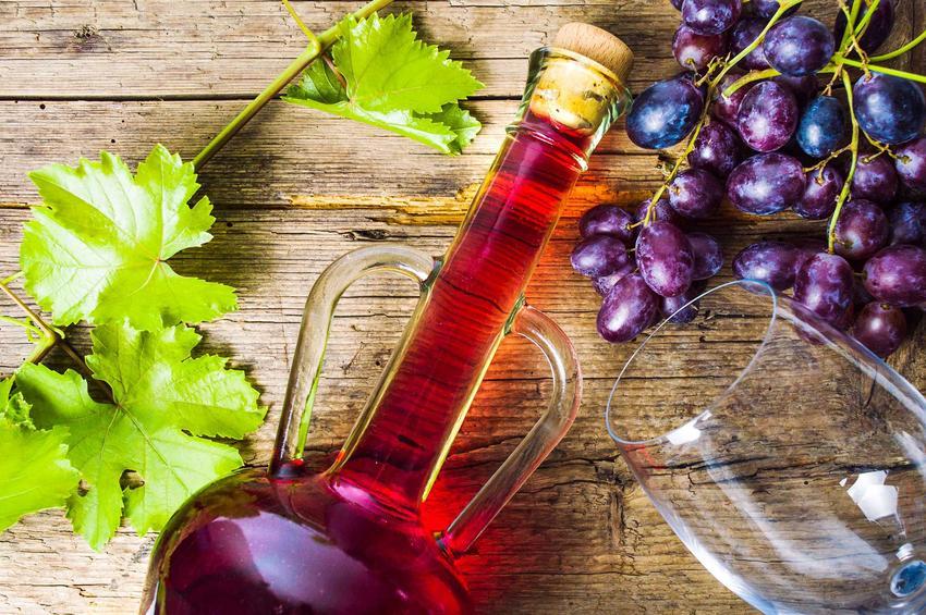 Domowe wino z winogron w butelce, a także drożdże winne do przygotowania domowego wina, opis oraz zastosowanie
