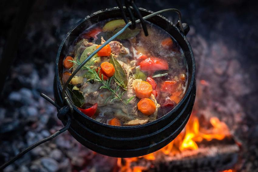 Kociołek myśliwski nad ogniskiem, a także najlepsze przepisy na kociołek myśliwski, sprawdzone, proste i smaczne dania