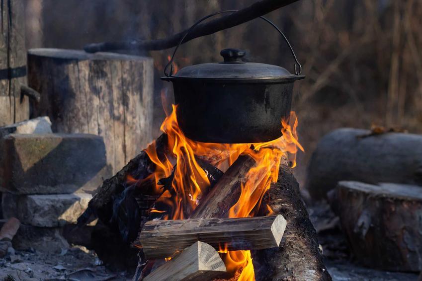 Przygotowanie kociołka myśliwskiego na ognisku, czyli tak zwane pieczonki, najlepsze przepisy na kociołek myśliwski, proste i smaczne rozwiązania