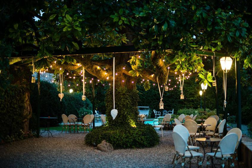 Kinkiety, latarnie, girlandy - wybieramy oświetlenie idealne do Twojego ogrodu