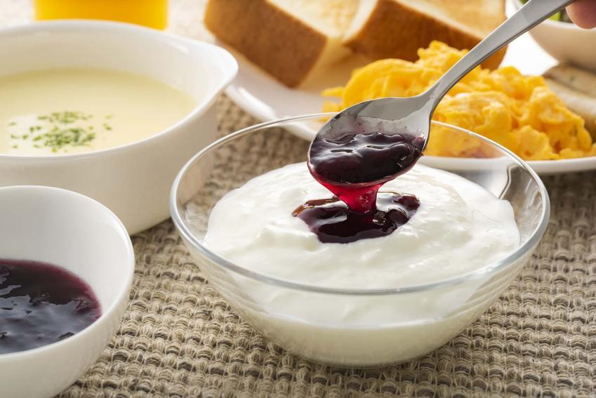 Miseczka z jogurtem i dżemem z czereśni, dodatki do przetworów z czereśni