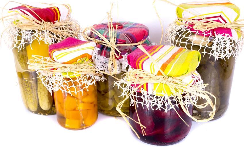 Weki i słoiki na zimę na białym tle, a także porady, jak przechowywać warzywa i owoce zimą