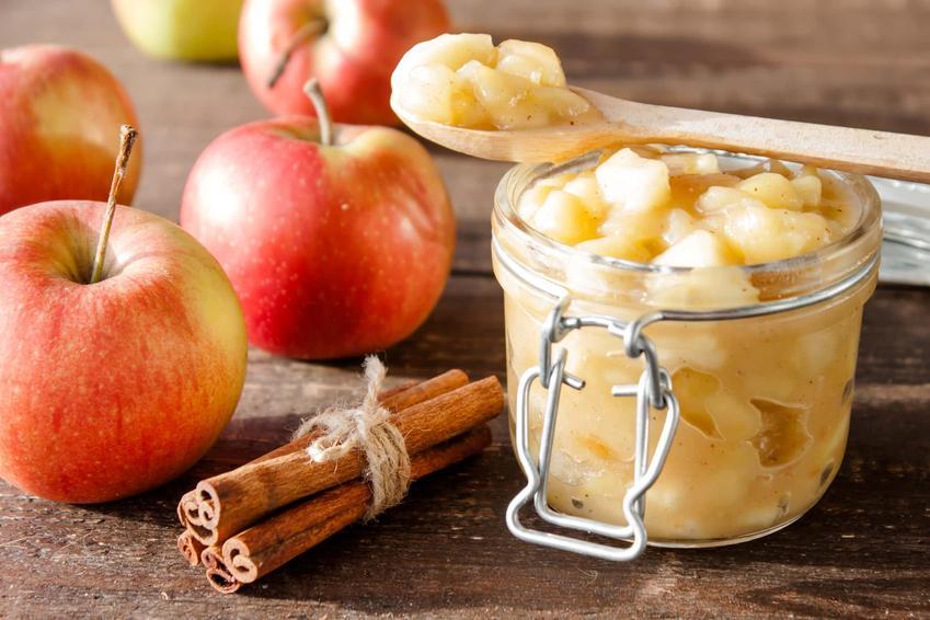Dżem z jabłem w słoiku oraz świeże jabłka z cynamonem, a także przepisy na dżem jabłkowy