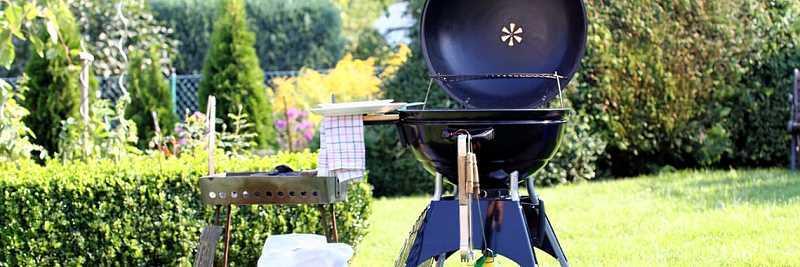 Kiełbaski na grillu w czasie sezonu grillowego, a także podpowiedzi, jak zacząć sezon grillowy na działce lub w ogrodzie